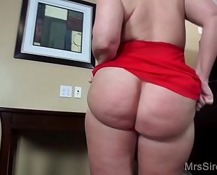 Thick milf squirts and fists in hotel