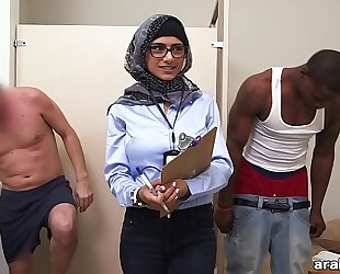 Mia khalifa the arab pornstar measures white cock vs black dick (mk13768)